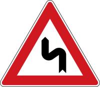 Dopravní značka: A 2b Dvojitá zatáčka, první vlevo