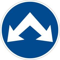 Dopravní značka: C 4c Přikázaný směr objíždění vpravo a vlevo