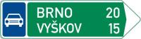 Dopravní značka: IS 2d Směrová tabule pro příjezd k silnici pro motorová vozidla (s dvěma cíli)