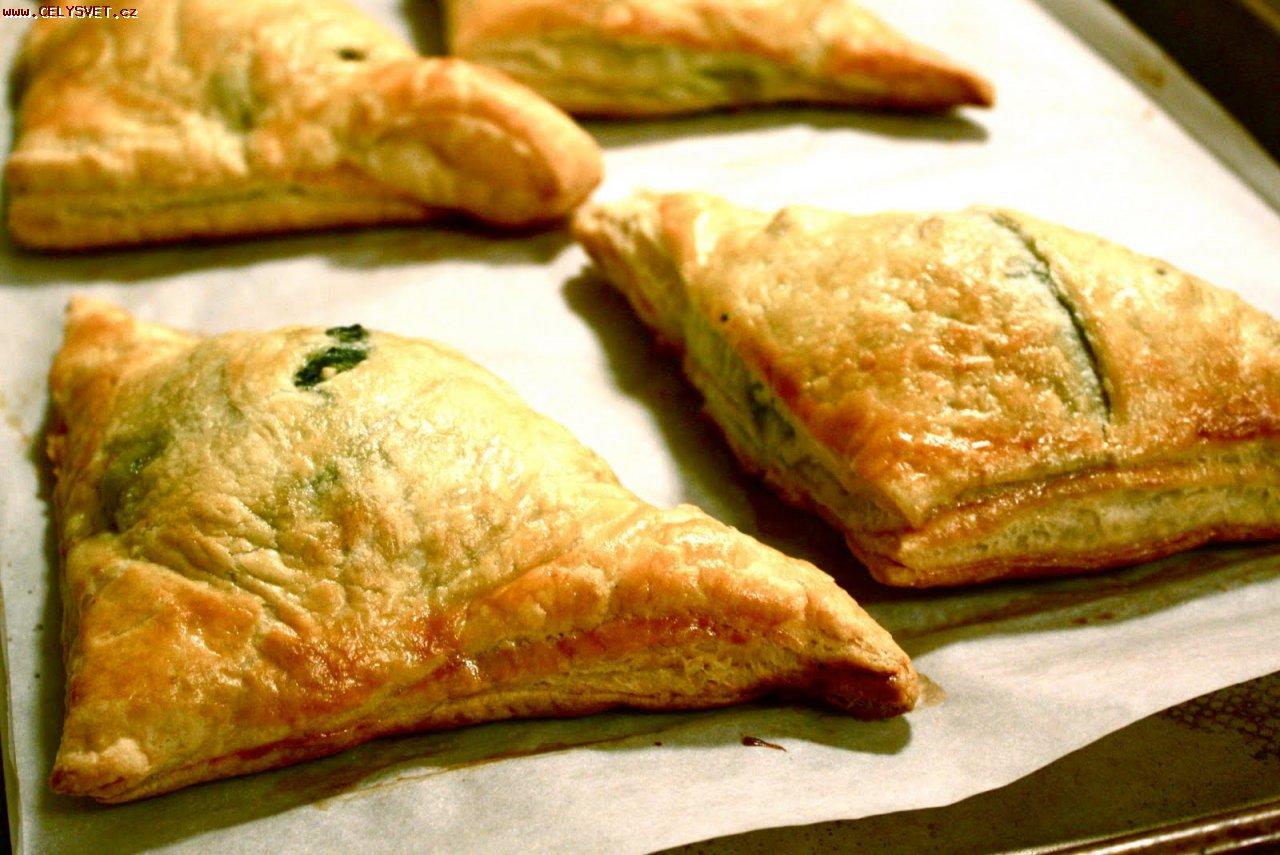 0be79124f5 Recept online  Šátečky z listového těsta se špenátem  Křupavé trojhránky z  listového těsta plněné ochucenýn špenátem a italským sýrem ricotta